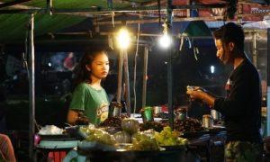 Kambodja: Siem Reap: Lokal nattmarknad med knapriga gräshoppor