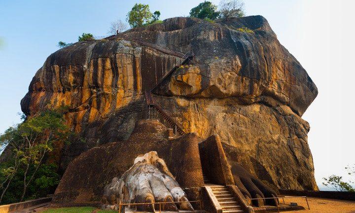 Sigiriya Rock's (lejonberget) trappor och ingången till den tidigare fästningen och klostret, bevakad av ett par lejon fötter.